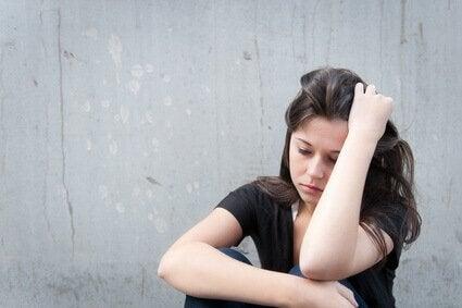 Overweldigd meisje met aanpassingsstoornis