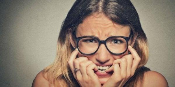 Nerveuze vrouw met aanpassingsstoornis bijt op haar nagels