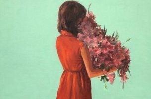Vrouw met bloemen om anderen te bedanken voor de gunsten die ze haar hebben gedaan