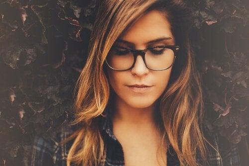 Vrouw met bril ziet het glas halfvol