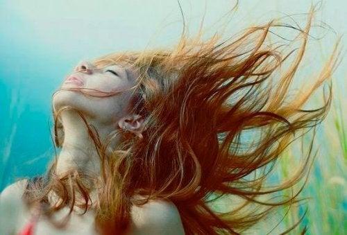Vrouw met haar haren in de wind