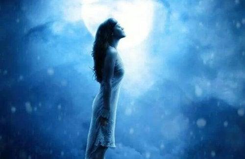 Vrouw die sereniteit uitstraalt om haar problemen te overwinnen