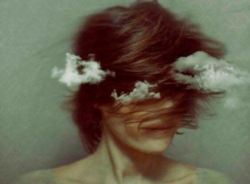 Vrouw met wolken die een innerlijke strijd voert
