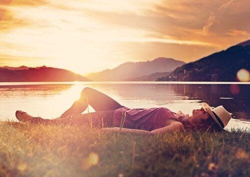Vrouw ligt te slapen in het gras