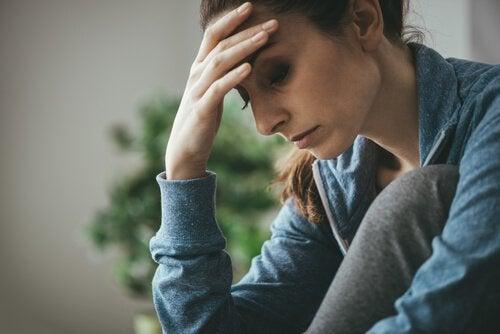 Vrouw die zich zorgen maakt over haar problemen