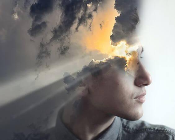 Man met wolken voor zijn hoofd waar de zon doorheen komt