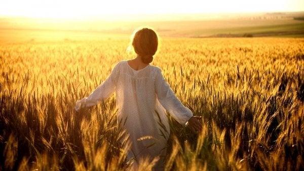 Vrouw in een granenveld, als voorbeeld van de persoonlijkheidstypes volgens Erich Fromm