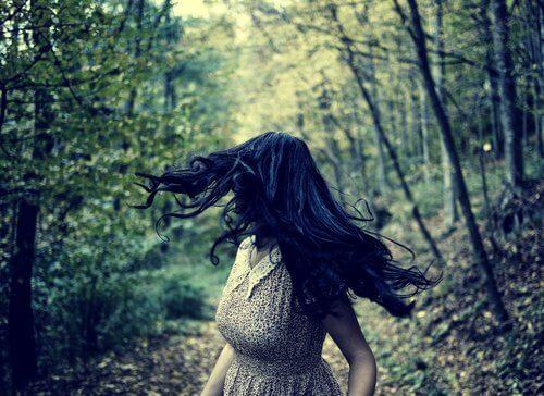 Vrouw die door een bos rent