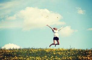 Vrouw die een gat in de lucht springt van blijdschap, want dit is de kracht van positieve emoties