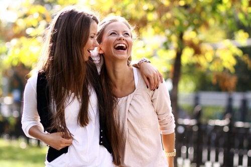 Twee vrouwen lachen