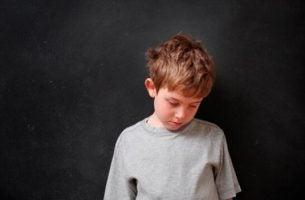 Verdrietig jongetje door geweld in huis