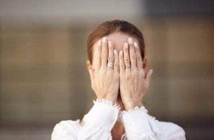 Vrouw die last heeft van agnosie
