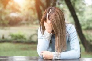 Vrouw met angst om impulsief te handelen lijdt onder haar gedachten