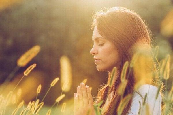 Acht mythes over mindfulness: vrouw aan het bidden