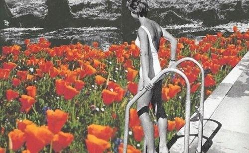 Vrouw die in een zwembad stapt dat gevuld is met bloemen,maar problemen in je relatie kunnen zich altijd voordoen