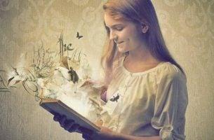 Meisje dat een boek leest waar van alles uit komt, want boeken zijn spiegels
