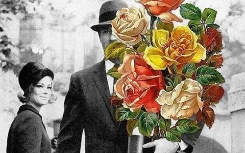 Man die zijn vriendin een bos bloemen brengt, maar problemen in je relatie zijn onvermijdelijk