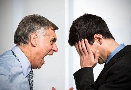 Man schreeuwt naar andere man