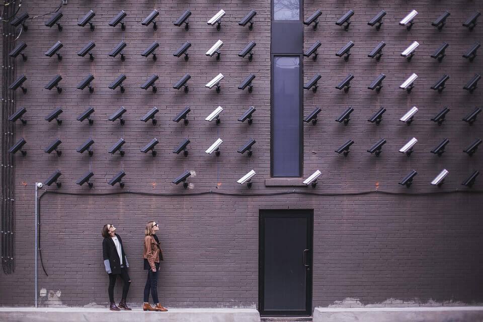 Allemaal camera's die gericht zijn op twee mensen, als voorbeeld van sociale macht
