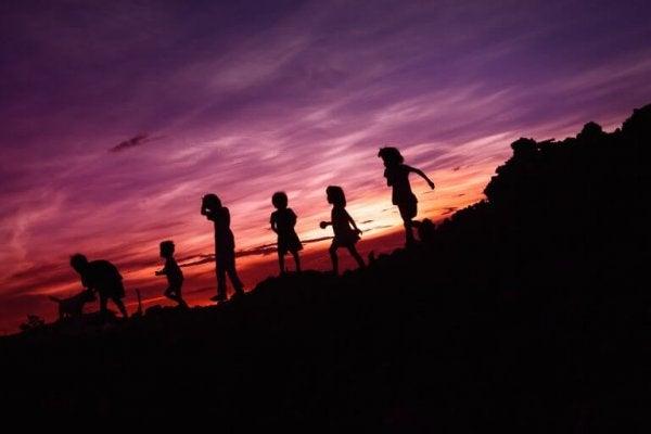 Kinderen op een heuvel