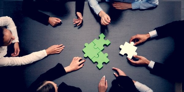 Collega's leggen samen een puzzel