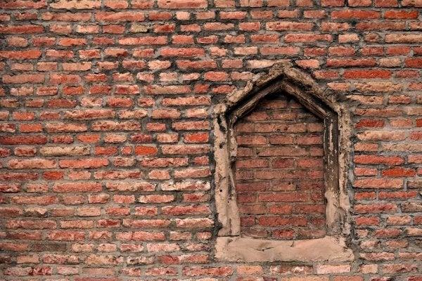 Gebroken ruit dat dicht is gemaakt, vanwege de broken windows theory