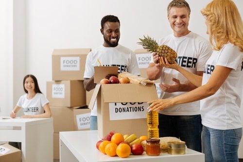 Mensen die eten inzamelen, als voorbeeld van filantropie