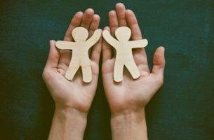 Twee poppetjes die elkaar een high five geven, als voorbeeld van filantropie