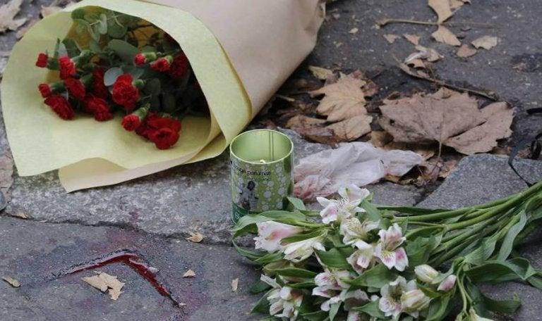 Bloemen op straat na een daad vanterrorisme