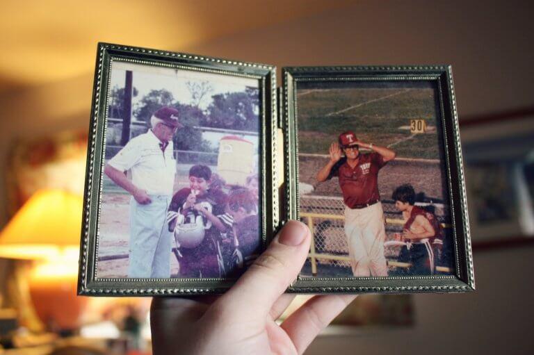 Jongen die naar foto's van zijn opa kijkt