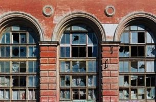 Gebouw met kapotte ramen, vanwege de broken windows theory