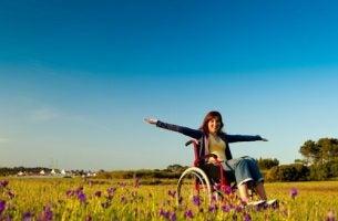 Functionele diversiteit: gelukkige vrouw in rolstoel