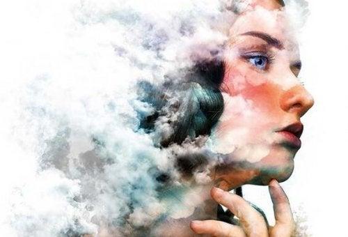 Vrouw met haar hoofd in de wolken