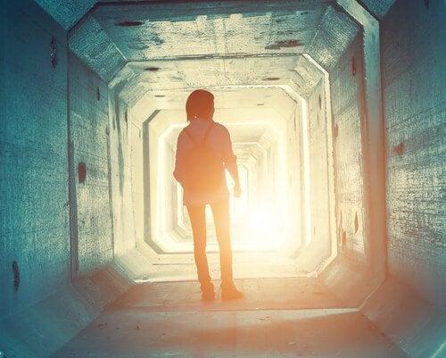 Meisje in een tunnel