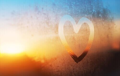 Hartje op een raam, want we moeten proberen van onszelf te houden en minder zelfkritisch te zijn