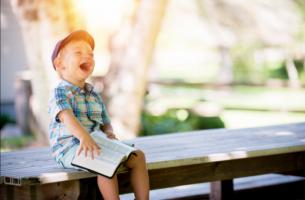Kind dat vrolijk een boek leest, maar hoe zit het met kinderen met leerproblemen?