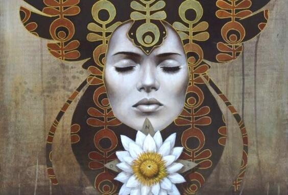 Mediterende vrouw met een lotus onder haar kin