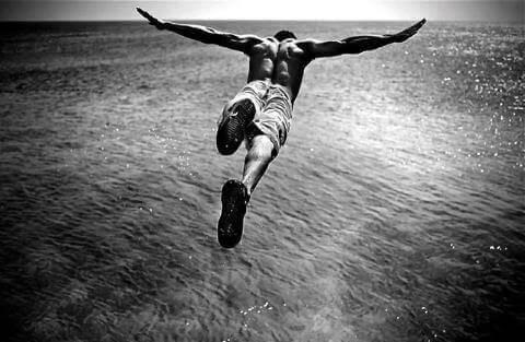 Man met adrenalineverslaving duikt van hoogte
