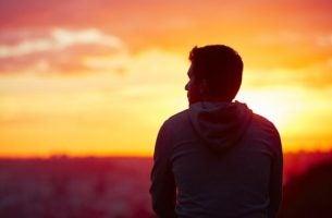 Man kijkt naar zonsondergang: zijn menselijke wezens rationele dieren?