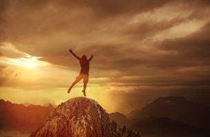 Man met adrenalineverslaving op rots