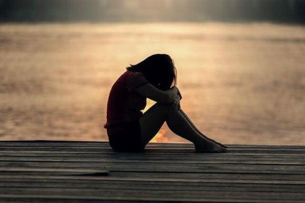 Meisje dat huilt op een steiger, want het zelfvertrouwen van tieners is belangrijk
