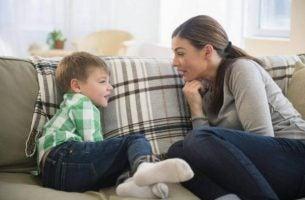 Communicatie tussen ouders en kinderen: moeder praat met zoon