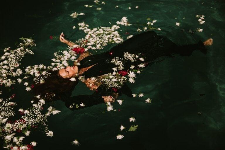 Vrouw drijft in het water