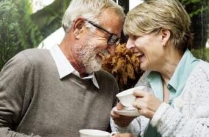 Ouder stel met koffie