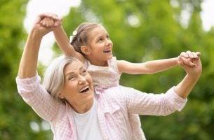 Oma die met haar kleindochter speelt, want de rol van grootouders is zeer belangrijk