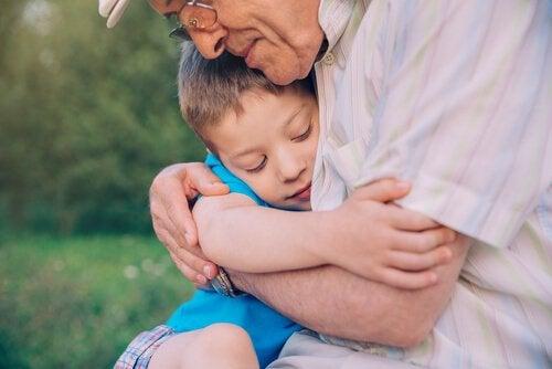 Opa die zijn kleinzoon knuffelt