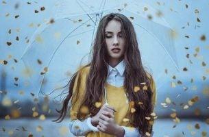 Vrouw die probeert na te denken terwijl het hartjes regent, maar soms kan het zijn dat iets niet voelen