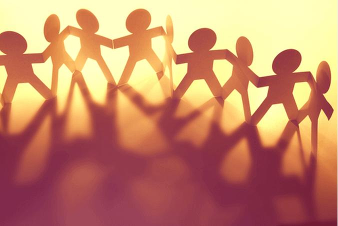 Poppetjes die elkaars hand vasthouden, als voorbeeld van culturele psychologie