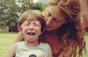 Jongetje dat last heeft van reactieve hechtingsstoornis