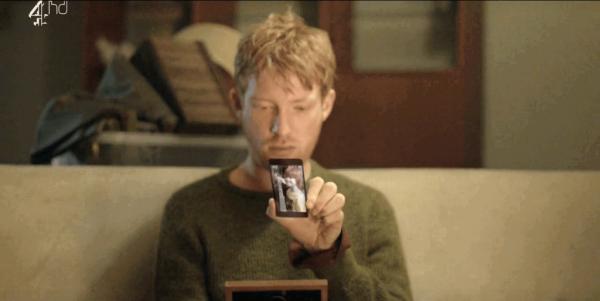 Ash in Black Mirror kijkt naar zijn mobiel